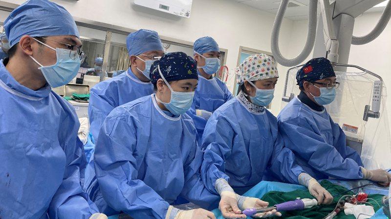 """张智伟、王树水团队自主完成华南地区新一代肺动脉瓣支架植入手术修""""心门"""""""