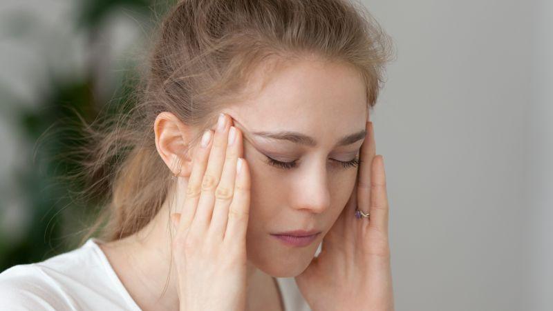"""经常偏头痛很难受?看看是不是这4个因素在""""捣蛋"""",别再苦苦忍耐了"""