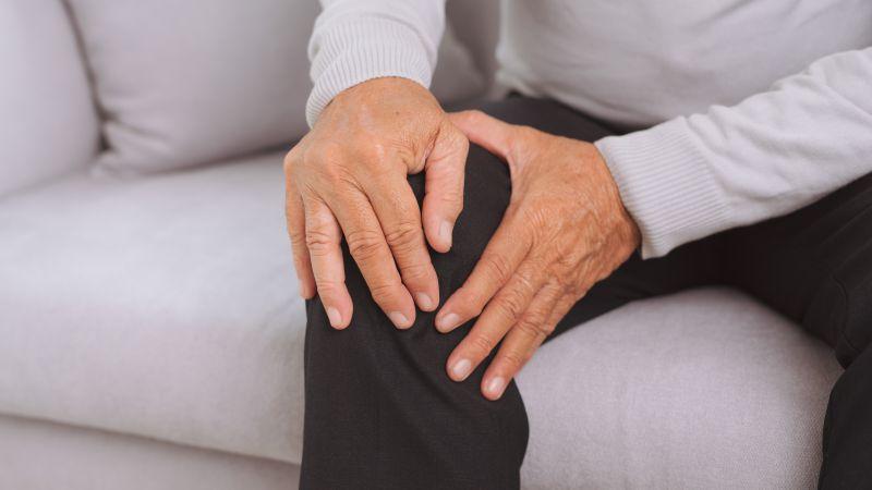 """膝关节疼痛20年,74岁老人""""X型腿""""行动困难,医生妙手解顽疾"""