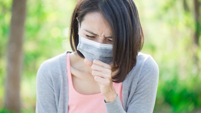 """肺内有癌,咳嗽先知?咳嗽时伴随4种现象,暗示肺癌开始""""冒头"""""""